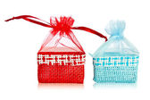 Blauwe en rode stro papieren-zakken. — Stockfoto