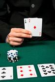 カードやチップを持つギャンブラー. — ストック写真