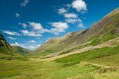 Montanhas verdes sob o céu azul, escócia — Foto Stock