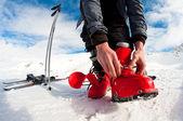 Szykując się do jazdy na nartach - mocowanie buty — Zdjęcie stockowe