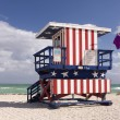 Summer scene with a lifeguard house in Miami Beach — Stock Photo