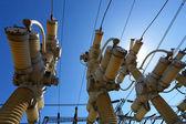 электрические подстанции в яркий солнечный день с голубым небом — Стоковое фото