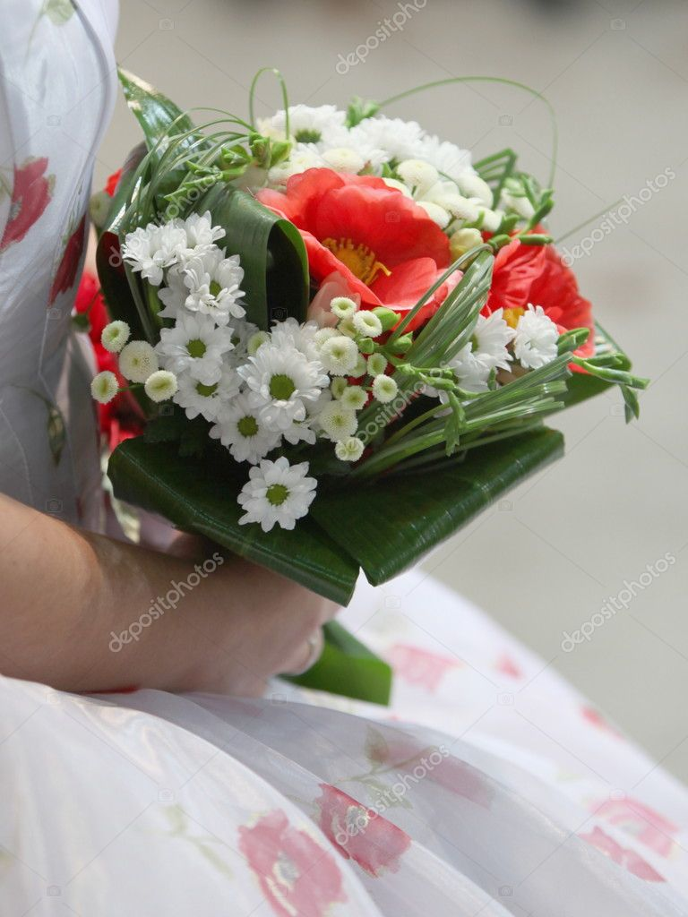 Wedding bouquet is in the hands of fiancee — Stock Photo #8599002