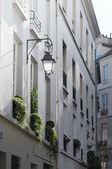 Straße lampe und blume-boxen. — Stockfoto