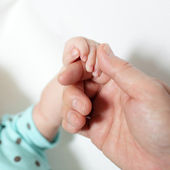 Mother and baby's hands — Stockfoto