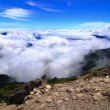 High Mountain with sea of cloud and blue sky — Stock Photo