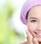 Vicino di giovane ragazza rimuovere trucco di pulizia cotone — Foto Stock
