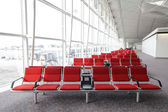 Row of red chair at airport in Hongkong — Stok fotoğraf