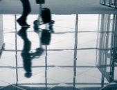Passenger (Man) rushing through an airport terminal, blue tone — Foto de Stock