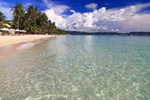 Letní pláž s modrou oblohou — Stock fotografie