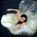 Trash la robe. mariée prend un bain dans sa robe de mariée — Photo