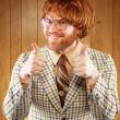 60s nerd felice ospite di esposizione di gioco rinunciando 2 pollici — Foto Stock