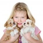 een meisje houdt van twee puppies — Stockfoto