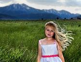 Blondýnka s vítr do vlasů — Stock fotografie