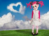 Een klein meisje die ziet als een pop eruit — Stockfoto