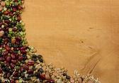 什锦的豆扁豆和水稻对木材的背景 — 图库照片
