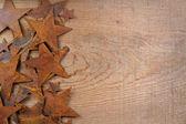 Ahşap arka plan üzerinde paslanmış yıldız — Stok fotoğraf