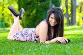 漂亮的女孩躺在草地上的花 — 图库照片