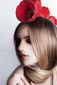 Seviyorum. çiçek - kırmızı lale ile sevimli beyaz kız — Stok fotoğraf