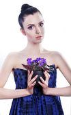 Sinnlich Brünette Mädchen mit blauen Blumen — Stockfoto