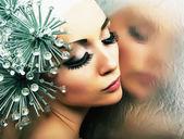 魅力时尚发型模型反映了在镜像-明亮的妆 — 图库照片