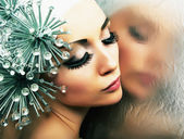 Glamorous fashion hairstyle model reflects in mirror - bright makeup — Foto de Stock