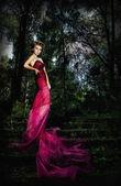 在神秘森林里的楼梯上的美丽女神金发 — 图库照片