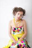 Retrato da arte de jovem mulher bonita no colorido brilhante vestido — Fotografia Stock