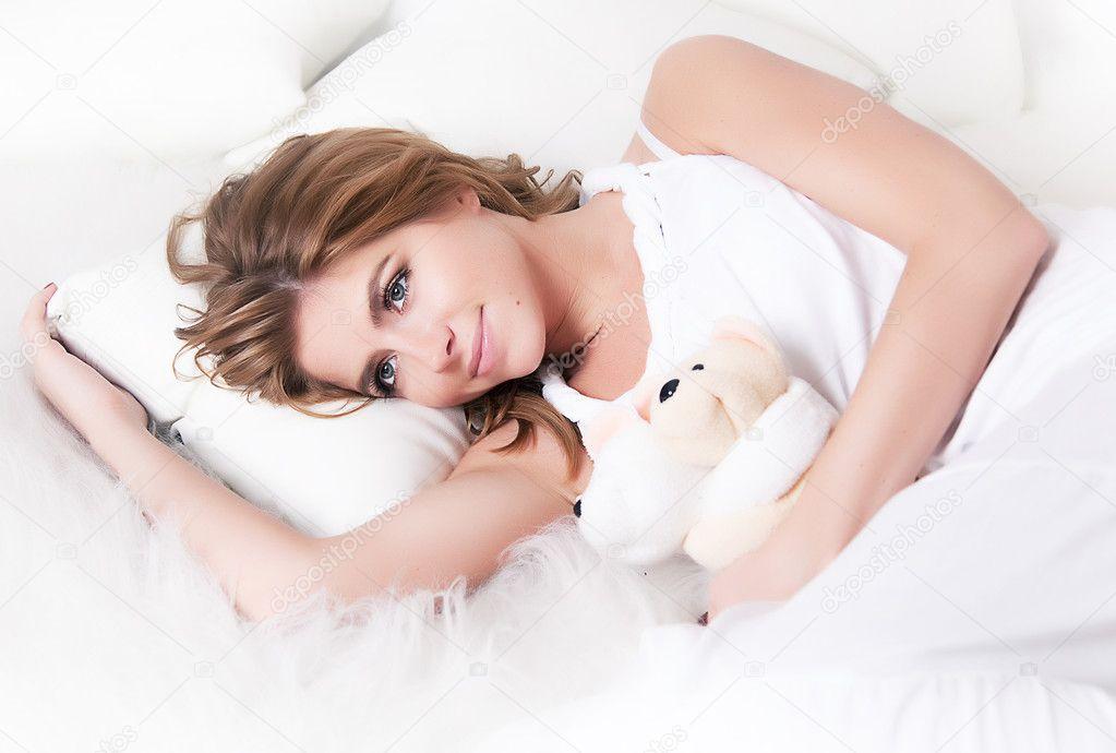Девочка в постели фото эротика фото 436-943