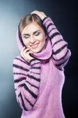 Ein schönes junges mädchen in einen warmen pullover — Stockfoto