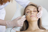 Woman having a stimulating facial treatment from a therapist — Stock Photo