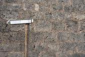Sinal em branco na parede de pedra — Fotografia Stock