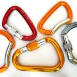 cinco equipos multicolores mosquetones de escalada — Foto de Stock