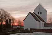 夕阳背后的教会 — 图库照片