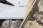 Cheque em branco, caneta e e dinheiro — Fotografia Stock