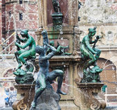 Statues on the fountain at the entrance to Frederiksborg Castle, — Stock Photo