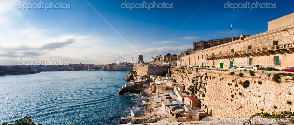 Overlooking the Great Harbour of Valletta is the Siege Bell Memorial erected in 1992 to honour over 7000 who lost their lives in the WW II Siege of Malta — Stock Photo #8646681