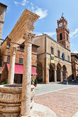 Pienza, Tuscany. Main square with historic well. — Stock Photo