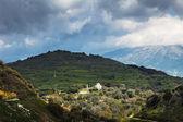 Montañas en creta con la iglesia — Foto de Stock