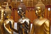 Or statues de bouddha au wat phrathat doi suthep à chiang mai — Photo