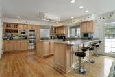 Cocina con armarios de madera de roble — Foto de Stock