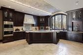 большая кухня в роскошный дом — Стоковое фото