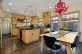 色の付いたタイル backsplash のキッチン — ストック写真