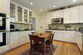 Cam dolaplar ile mutfak — Stok fotoğraf