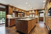 Tradiitional kitchen with oak wood cabinetry — Stock Photo