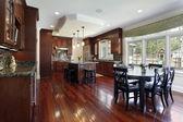 Cozinha com armários de madeira cerejeira — Foto Stock