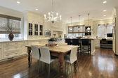 Cocina con gabinetes blancos — Foto de Stock