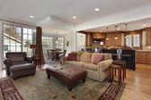 Familienzimmer mit blick auf küche — Stockfoto