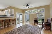 Familienzimmer mit Türen zur Terrasse — Stockfoto