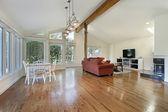 木製梁の天井とファミリールーム — ストック写真